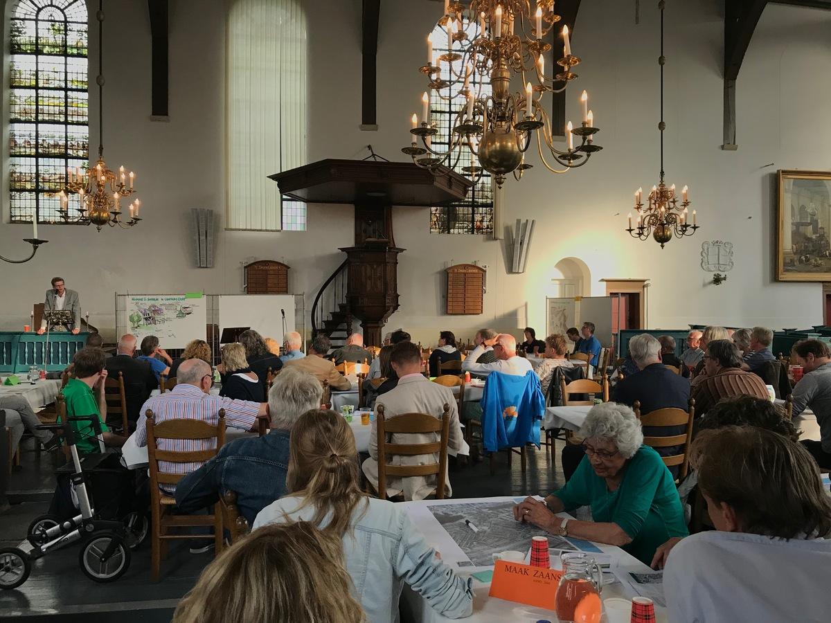 """op de foto"""": mensen die de bijeenkomst van 22 mei bezoeken in de Oostzijderkerk"""