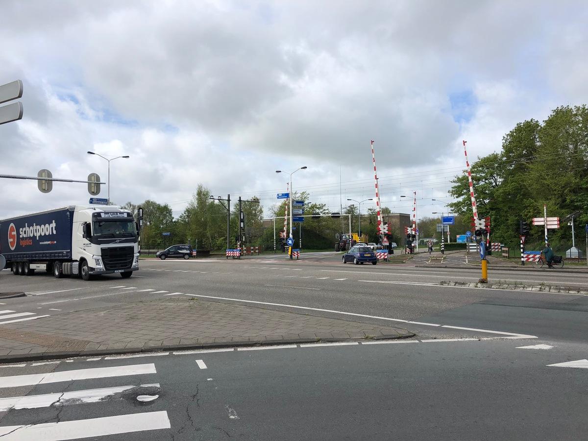 Foto kruispunt Provincialeweg en spoorwegovergang Guisweg