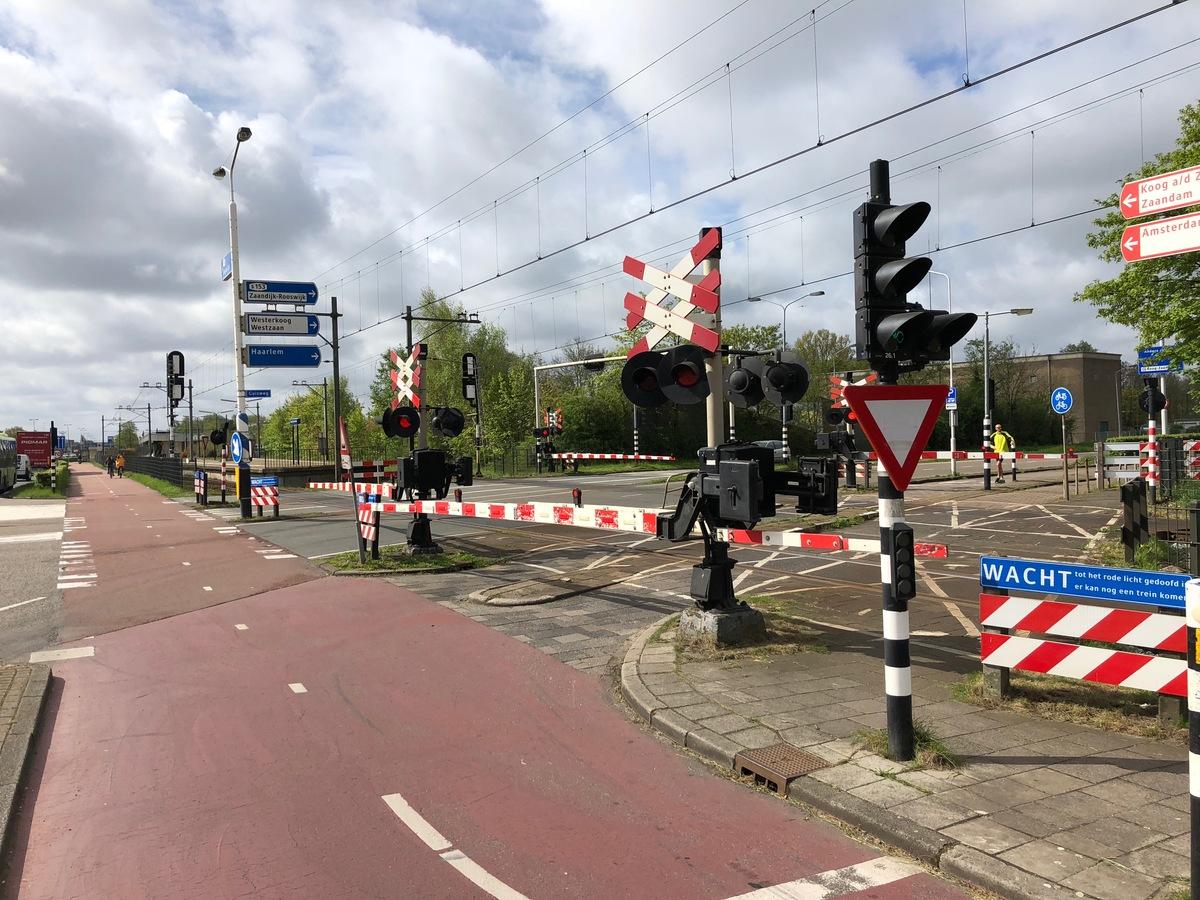 Foto van de spoorwegovergang Guisweg in Koog aan de Zaan
