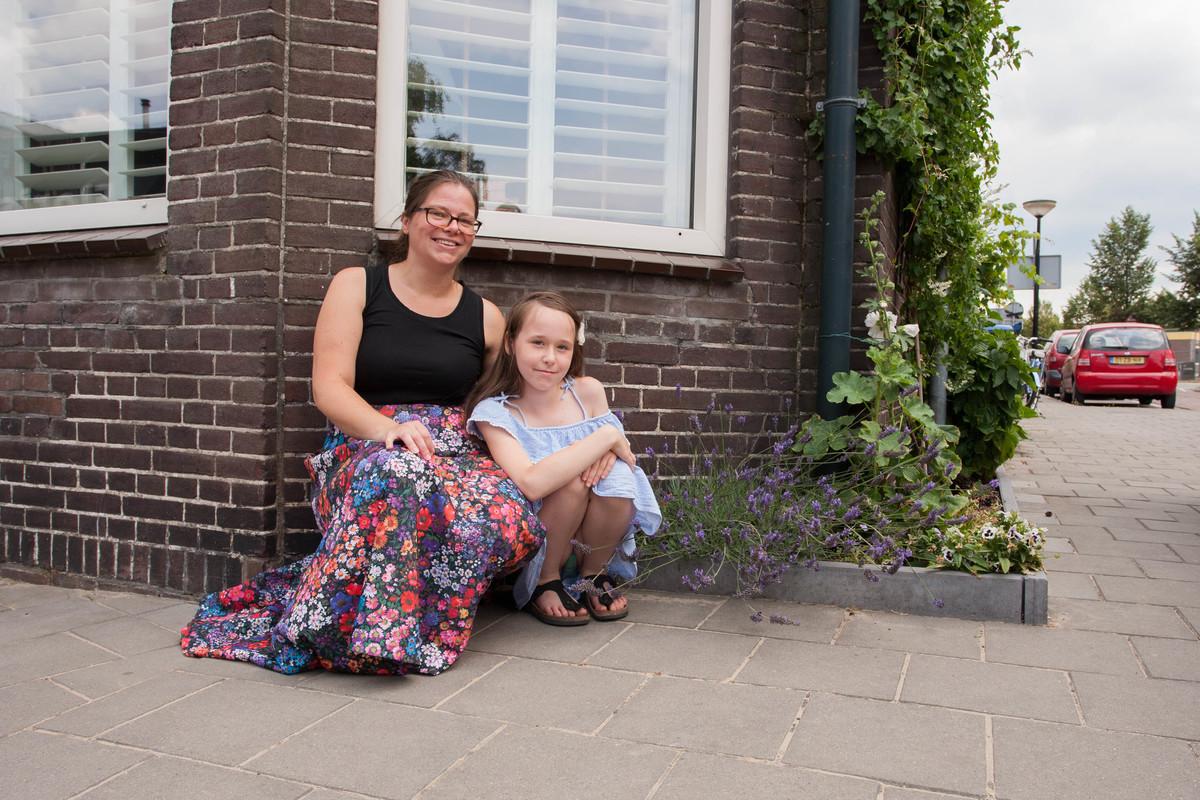 Foto van een bewoner bij haar geveltuin.