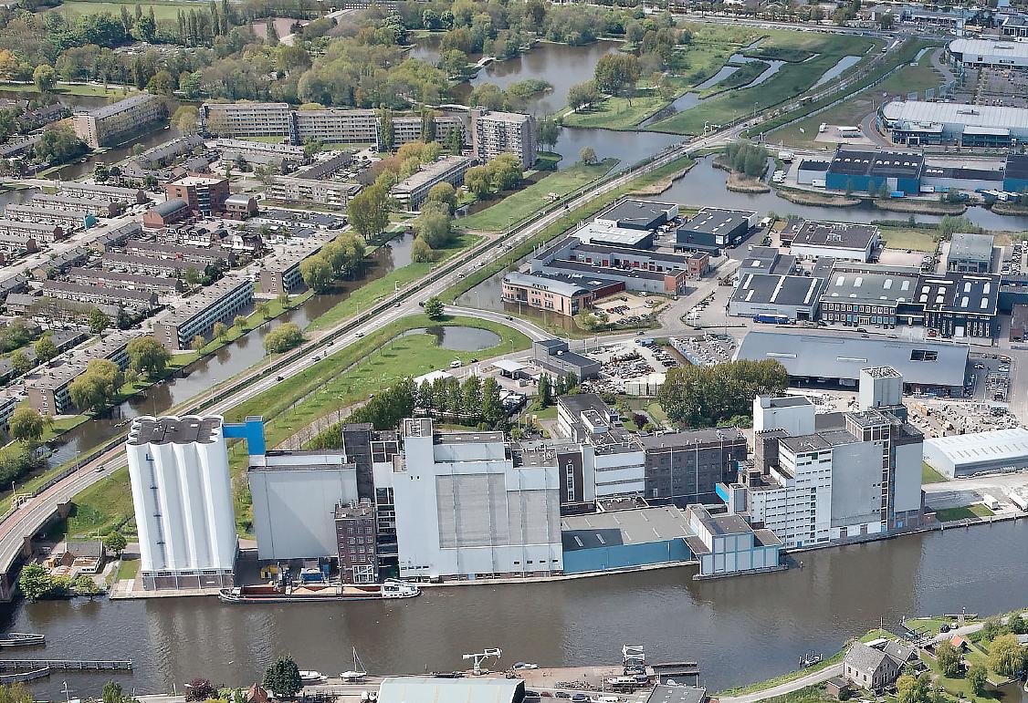 Luchtfoto van het Menebacomplex en de Zaan