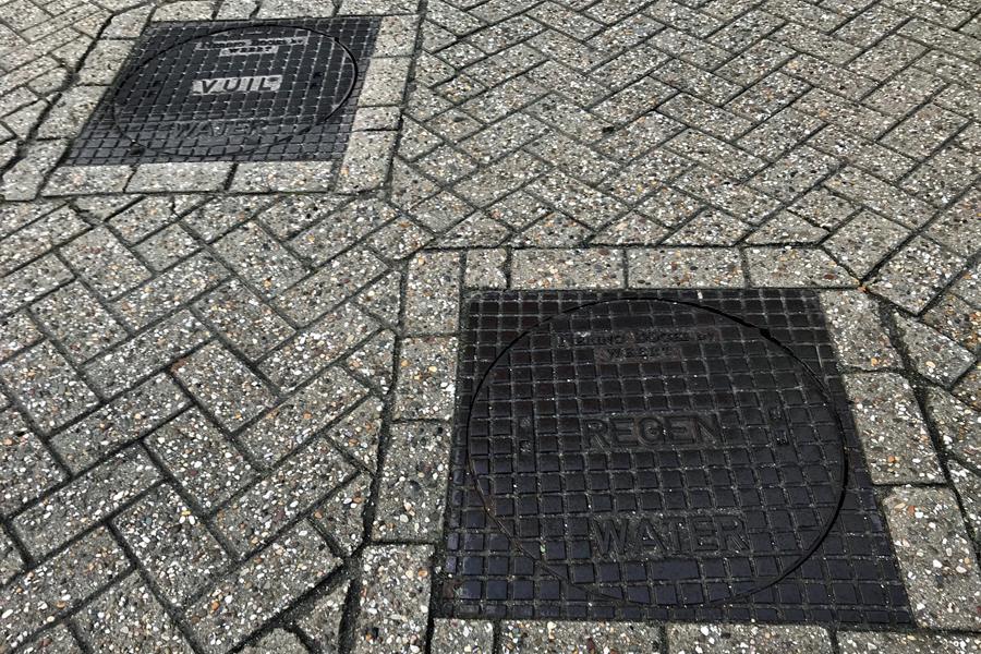 Foto van twee straatputten voor het gescheiden riool.